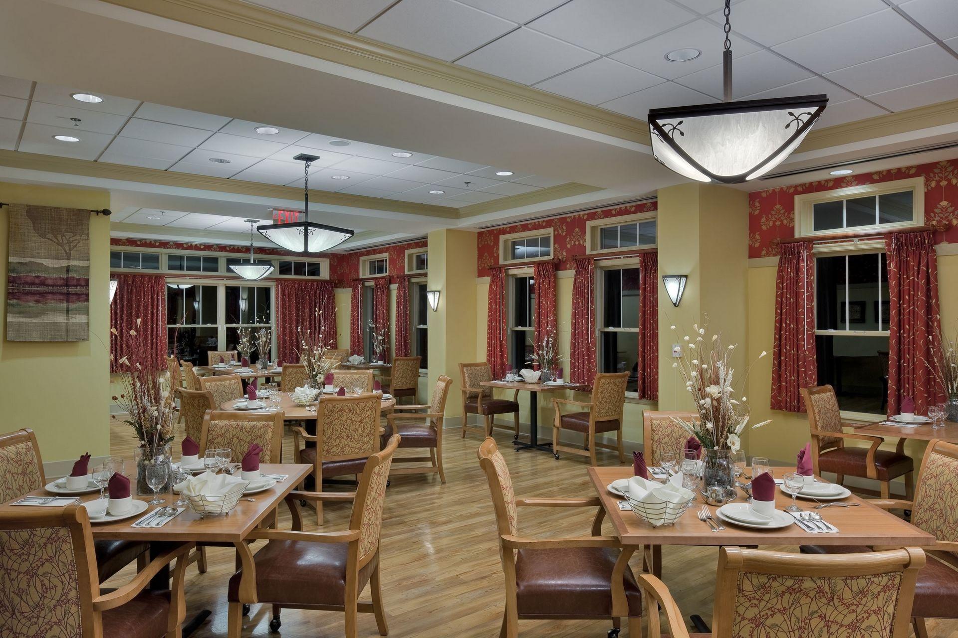 Deerfield episcopal retirement community asheville nc for Senior living dining room